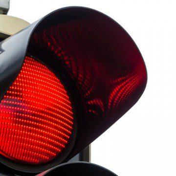 shutterstock_Lisa S._regulacao_sinal_vermelho