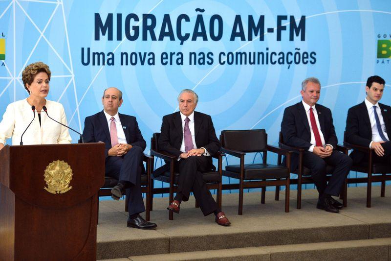 Solenidade de assinatura do decreto que define o preço da migração de rádios AM para o FM (Foto: Agência Brasil)