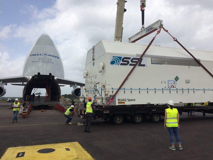 Satélite sendo retirado do avião em Kourou, na Guiana Francesa
